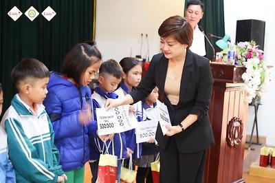 Tặng 50 triệu đồng và 100 xuất quà cho học sinh nghèo của giao thủy, nam định